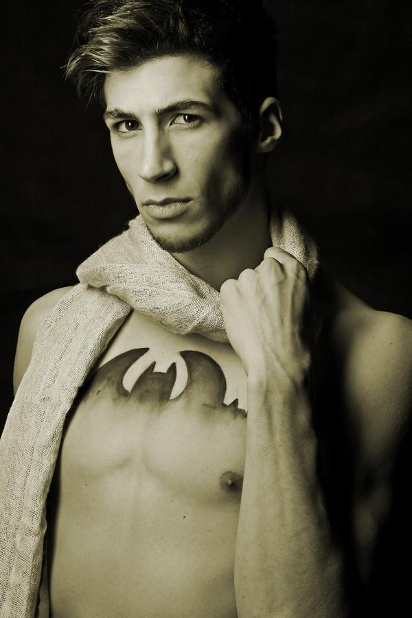 Kevin trägt einen Schal aus der aktuellen Sisterlab Kollektion.  Bodypainting by Anna Schweiger.